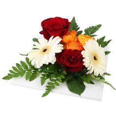 Nous avons voulu une composition vibrante et chargée d'énergie. Nos artisans fleuristes ont donné naissance à ce rayonnant ensemble aux couleurs des beaux jours. Composition parfaite en centre de table. Art Floral, Ikebana, Floral Arrangements, Floral Wreath, Wreaths, Decor, Craft, Flower Arrangements, Planting Flowers