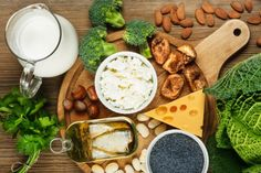 Learn what should you eat daily to enhance your bone health. Which vitamins are good for bone health as well as recommendations on healthy lifestyle practices. Source De Calcium, Good Sources Of Calcium, Calcium Rich Foods, Healthy Balanced Diet, Healthy Eating, Healthy Spine, Healthy Food, Food For Strong Bones, Healthy Foods