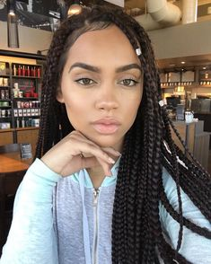 All styles of box braids to sublimate her hair afro On long box braids, everything is allowed! For fans of all kinds of buns, Afro braids in XXL bun bun work as well as the low glamorous bun Zoe Kravitz. Ombre Braids, Ombre Hair, Box Braids Hairstyles, Protective Hairstyles, Protective Styles, Curly Hair Styles, Natural Hair Styles, Big Box Braids, Brown Box Braids