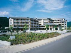 Kreishaus, Bad Ems — Verwaltungsgebäude des Rhein-Lahn-Kreises in Bad Ems auf der Insel Silberau. Größerer Gebäudekomplex in Mischbauweise mit Putzfassade.