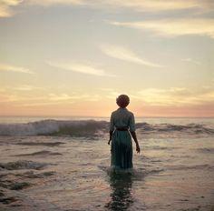 La photographe Meagan Abell a retrouvé il y a quelques jours dans une friperie une série de quatres rouleaux de pellicules moyen-format, sur lesquelles se trouvait cette série de très jolies photos d'une jeune femme s'enfonçant doucement dans l'océan et probablement prises dans les années 40 ou 50. Elle a posté les images sur cette …