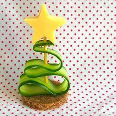 Simpel, leuk en lekker borrelhapje voor kinderen met de kerst, dit schattige kerstboompje! Recept op http://dekinderkookshop.nl/recepten-voor-kinderen/kerstboom-borrelhapjes/