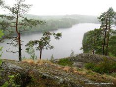 ➡️Haukkavuoren luontopolku 800m / suunta ⚫⚫⚪Keskivaativa reitti Kartta Haukkavuori on historiallinen maisema- ja luontokohde Ruokolahden ja Rautjärven rajalla Etelä-Karjalassa. 171 metriä korkeana se on maakuntansa korkein piste. Äkkijyrkkää pudotusta alla kimmeltävälle Sarajärvelle on peräti 80 metriä. Haukkavuori tunnetaan näköalapaikkana, jonka maisemat kirvoittavat kokijassaan kansallisromanttisia tunteita. Näköalapaikalle pääsee tieltä Rautjärven puolelta pienen patikkamatkan jälkeen… 800m, River, Mountains, Nature, Outdoor, Historia, Runway, Outdoors, Naturaleza