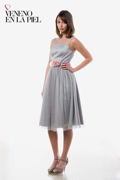 Vestido corto midi, escote palabra de honor con superposición http://www.venenoenlapiel.com/es/vestidos-cortos/285-vestido-corto-escote-tul.html#/151-tallas_03-38/102-color-plata_ref_000085
