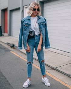 When you're doing double denim with a patchwork jacket, isn't it more like triple denim? Patchwork denim jacket via… Fashion Mode, Denim Fashion, Look Fashion, Fashion Outfits, Classy Fashion, Street Fashion, Fashion Tips, Looks Total Jeans, Look Jean