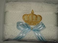 Uma lembrancinha elegante e muito útil!  Lindas toalhinhas de mão, produto de primeira linha, toalha bem felpuda, 100% algodão, com franjinhas.  _______________________________________________  Bordado de coroa dourada, um luxo!!!  Lindo laço de voil (cor a sua escolha:branco, dourado, azul, rosa...
