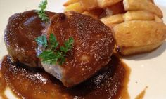 Receta de lomo asado al horno con salsa de vino tinto y patatas