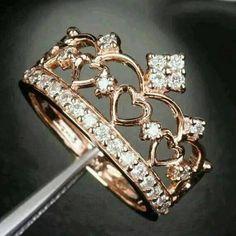 Salut les filles ! Les bijoux on en raffole, particulièrement les bagues ! Mais possédez-vous une bague couronne ? Pour se prendre pour une reine ou une princesse, voilà 8...