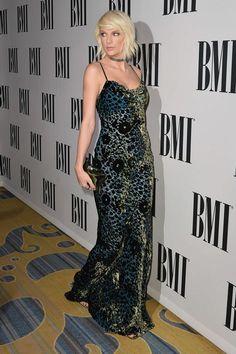 Taylor Swift aux BMI dans robe sexy bleu-noir
