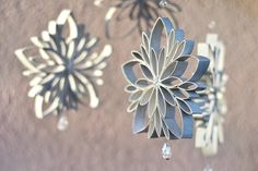 DIY: how to make zero waste decorations for Christmas! on Veraviglie Recycled Christmas Decorations, Christmas Ornament Crafts, Handmade Decorations, Christmas Projects, Holiday Crafts, Christmas Crafts, Christmas Tree, Toilet Paper Roll Art, Rolled Paper Art