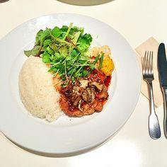 . . 照り焼きチキンプレート . #lunch#food#meat#salad#good#time#tokyo#shibuya#ランチ#照り焼きチキンプレート#量#多い#最高#肉#サラダ#米#美味しい