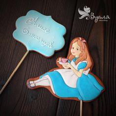 Хочется Алису с недавнего тортика показать поближе . Как видите, вовсе не обязательно ей быть голубоглазой блондинкой . #имбирноепеченье #имбирныепряники #торт #топпер #alice #aliceinthewonderland #тортбезмастики #тортназаказмосква #тортназаказ #cake #cakeart #cakedecorating #cakedesign #cakelover #cakes #cakestagram #вкусности #вкусняшки #pastry #dessertporn #tart #деньрождения #десерт #подарок #праздник #ручнаяработа #сднемрождения #сладости #instadessert #desserts
