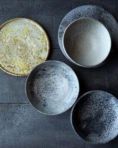 Was in den 70er Jahren angesagt war, kommt jetzt wieder auf den Tisch: Geschirr aus Keramik oder Steinzeug, das per Hand gearbeitet wird - oder nur so aussieht. Ceramic Tableware, Ceramic Clay, Ceramic Bowls, Ceramic Pottery, Kitchenware, Wabi Sabi, Earthenware, Stoneware, Cerámica Ideas