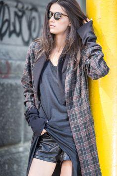 Wdzianko z najwyższej jakości gniecionej wełny w super modną kratę w kolorze złamanego brązu, czerni i szarości. Długie rękawy, kieszenie oraz bawełniane ściągacze nadają ubraniu rockowy charakter. Wybór idealny dla fanek miejskiego luzu. Można nosić zarówno pod jak i na kurtke, do jeansów, szortów i legginsów. Sprawdzi się też w zestawieniu z sukienką. Na co dzień, na imprezę, festiwal czy wyjazd za miasto.