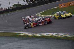 Companheiros de Cacá e Serrinha se enroscam durante Corrida de Duplas da Stock Car em Interlagos.