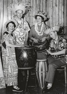 Why America was obsessesed with tiki: excellent article about an icon part of mid-century US living Tiki Hawaii, Hawaiian Tiki, Vintage Tiki, Vintage Party, Tiki Bar Decor, Tropical Fashion, Tiki Tiki, Tiki Hut, Tiki Party