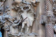 Sagrada Família, obra prima de Gaudi: Morte dos santos inocentes: apesar do desespero da mãe, o soldado continua no ato de matar a pequena criança
