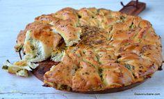 Plăcintă floare cu brânză sărată, usturoi și cozi de ceapă verde | Savori Urbane Turkish Recipes, Ethnic Recipes, Pastry And Bakery, Spanakopita, Quiche, Feta, Tapas, Goodies, Appetizers