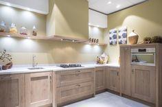 Hoekkeuken van het merk Schröder, in zogenaamd Driftwood. De keuken beschikt over een werkblad van graniet. Compleet met inbouwapparatuur van Whirlpool en Novy:AfzuigkapGaskookplaatVaatwasserCombimagnetronKoelkastDeze keuken is leverbaar vanaf € 13.900,- incl. btw.