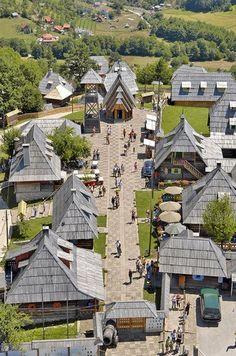 Dvengrad en la montaña de Mokra Gora (Serbia). Poblado costruido exclusivamente con casa de madera traidas de otras partes del país.