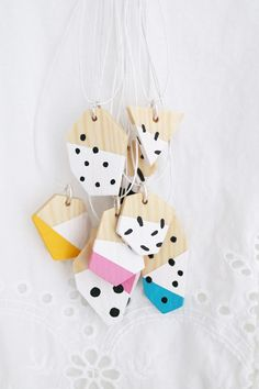 DIY: Learn how to make wooden geometrical necklaces with Luloveshandmades. Patterns, colors and shapes, so pretty!