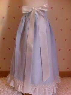 Faldilla para recién nacido en azul bebé con adornos en color blanco