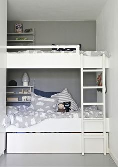 kids room. grey wall, bunkbed, String pockets. from time of the aquarius blog