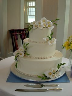 wedding cakes with purple cayla lillies | white-wedding-cakes-with-purple-accents-35.jpg