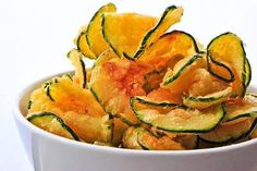 Paleo Zucchini Chips Recipe ~ Cut a zucchini into thin slices and toss in 1 Tbsp olive oil, sea salt, and pepper. Sprinkle with paprika and bake at for 25 to 30 minutes. Zucchini Chips Recipe, Bake Zucchini, Healthy Zucchini, Zuchinni Chips, Fried Zucchini, Zucchini Crisps, Veggie Chips, Potato Chips, Chips Food