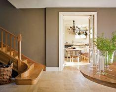 El renacer de una casa indiana - escalera en madera y pared en gris marrón