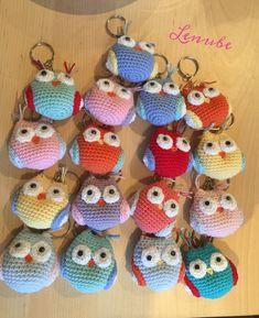 Llaveros Búho Amigurumi Crochet Hats, Diy, Christmas Ornaments, Holiday Decor, Home Decor, Scrappy Quilts, Animal Birthday, Crafts For Kids, Keychains