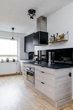 Vanha 60-luvun U-mallinen keittiö koki muodonmuutoksen, kun keittiötä avattiin vanhaa keittiöhuonetta pidemmälle ja kaapistot asennettiin kahdelle seinustalle vastakkain.
