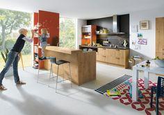 Mobiliario de cocina Elementa modelo Bari, roble con nudos natural aserrado.    Barra con 90mm de grosor que parece estar suspendida en el aire.