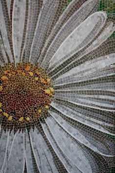 Daisy mosaic: could be done in glass, if I ever got good enough! Mosaic Tile Art, Mosaic Crafts, Mosaic Projects, Mosaic Glass, Fused Glass, Stained Glass, Glass Art, Mosaic Artwork, Mosaic Flowers