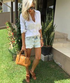 Look de hoje: camisa branca  jeans! Apesar de ser uma combinação super básica mas sempre dá certo. Você consegue mudar o look do dia para noite basta trocar os acessórios e o sapato para dar um pouco mais de destaque e pronto!  Shorts e bolsa disponíveis para compra no site http://ift.tt/PYA077 !!!