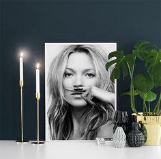 Stylish plakat af Kate Moss, life is a joke. Shop dette trendy plakat og mange andre plakater i vores webshop. www.desenio.dk
