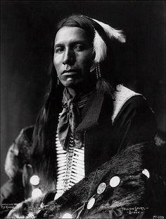 yolcudervish: Yüce Ruh Duası Bu kızılderili duası Lakota Siyu kızılderililerinin şefi Sarı Çayırkuşu tarafından 1887 yılında İngilizce'ye tercüme edildi ve Native American Prayers adlı kitapta yayınlandı. Sesini rüzgarda işittiğim ve soluğu bütün bir dünyaya hayat veren Yüce Ruh!Beni işit! Senin gücüne ve hikmetine ihtiyacım var. Beni güzellik içinde yürütve gözlerimin hep kızıl ve mor günbatımını görmesini sağla.Ellerimi senin varettiğin şeylere saygı gösteren eller kılve kulaklarımı senin…