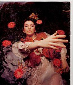 Kate Bush ou l'artiste totale : elle écrit, compose, chante, filme, chorégrahie, danse, scénographie...