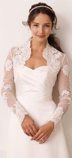 Corte princesa y un bolerito de encaje y a cubrir los brazos en el invierno. Princess cut dress with sleeves and a lacy bolero.