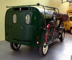 citroen for the postman. this is a museum picture. Citroen Hy, Psa Peugeot Citroen, Volkswagen, 2cv6, Unique Cars, Cute Cars, First Car, Car Humor, Old Cars