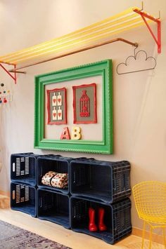 Prateleira com tela de náilon (daquelas de cadeira de praia) + Cabideiro feito com cano de cobre + Estante de engradados plásticos Diy Wand, Interior Decorating, Interior Design, House Made, Baby Decor, Terrazzo, Decoration, Diy Home Decor, Kids Room