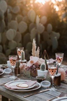 Mariage décoration de table rose - cactus This boho desert wedding inspiration has the most perfect details that will have you swooning. Immerse Photography dreamed up and photographed the shoot. Bohemian Wedding Decorations, Wedding Table Decorations, Food Centerpieces Wedding, Table Centerpieces, Table Rose, Whimsical Wedding Inspiration, Boho Inspiration, Cactus Wedding, Vintage Wedding Invitations
