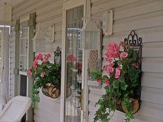 35 Beautiful Spring Porch Decorating Ideas - Art and Decoration Small Front Porches, Front Porch Design, Country Porches, Veranda Design, Summer Porch, Corner Garden, Porch Decorating, Decorating Ideas, Decor Ideas