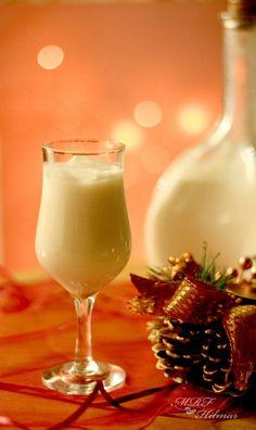 Hace aproximadamente un año compartí aquí el venezolanísimo ponche navideño conocido como  leche de burra que quizás sorprende a mucho...
