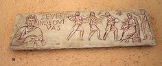 Esta es una imagen de una pieza de un sarcófago que se encuentra en los museos Vaticanos. Se muestra la escena de los magos adorando al niño Jesús y data del siglo III.