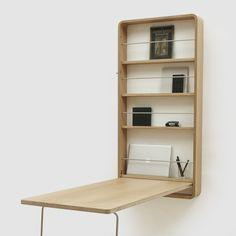 Ein verschließbarer Arbeitsplatz für kleine Wohnräume. Er bietet viel Raum für Arbeitsutensilien wie Laptop, Bücher und Stifte und lässt sich im Handumdrehen öffnen und schließen.Hergestellt in Deutschland.Maße:Korpus: 134 x 65 x 13 cmTischfläche: 130 x 60 x 2,5 cmTischhöhe: 74 cmFachbodentiefe: 9 cm