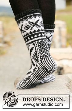 Made in Norway, knitted drop socks with Norwegian pattern 'Karisma'. Knitted Slippers, Crochet Slippers, Knit Crochet, Drops Design, Knitting Videos, Knitting Projects, Knitting Socks, Free Knitting, Magazine Drops