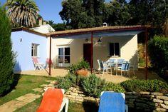 Sfeervol vrijstaand vakantiehuis met 3 slaapkamers (6 personen) in een heerlijk afgelegen, landelijke lokatie, omgeven door moestuinen, akkers en mediterrane bossen. Van alle moderne gemakke...