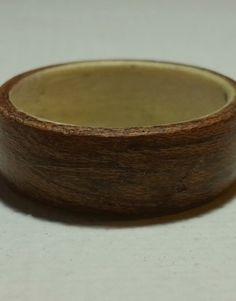 Délicat anneau de bois cintré, composé d'acajou et de pin scandinave.     Produit uniquement sur commande, confectionné à votre taille.  N'hésitez pas à nous contacter pour plus de précision.
