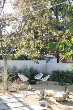 desert-backyard-landscaping-ideas-with-outdoor-furniture – HomeMydesign Desert Backyard, Modern Backyard, Modern Landscaping, Backyard Patio, Backyard Landscaping, Backyard Ideas, Landscaping Edging, California Front Yard Landscaping Ideas, Sidewalk Landscaping